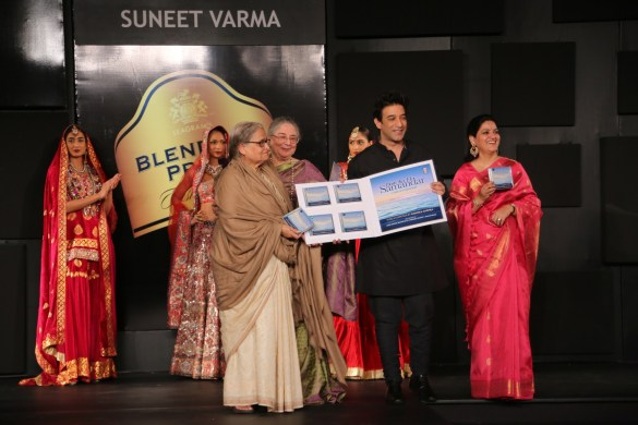 Seen at the Blenders Pride Fashion Tour, Gurgaon - L-R - Pakaistani Poet Zehra Nigah, Indira Varma, Suneet Varma & Radhika Chopra 1