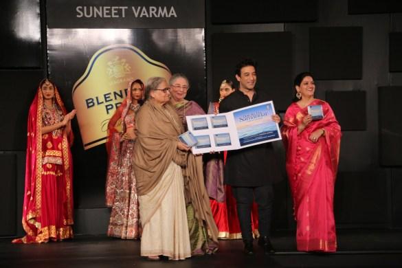 Seen at the Blenders Pride Fashion Tour, Gurgaon - L-R - Pakaistani Poet Zehra Nigah, Indira Varma, Suneet Varma & Radhika Chopra 1